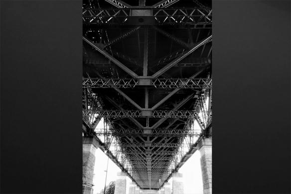 Pont métallique décoration murale noir et blanc
