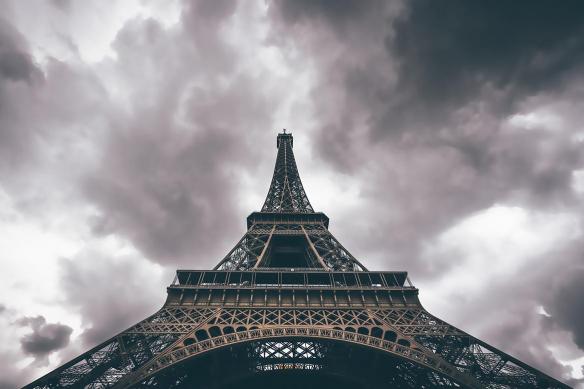 Papier peint mural Tour Eiffel vue d'en bas