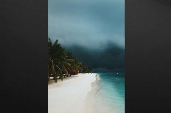tableau bord de mer paradisiaque orage