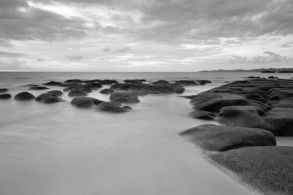 Mer-adaman-noir-et-blanc-rocher-plage