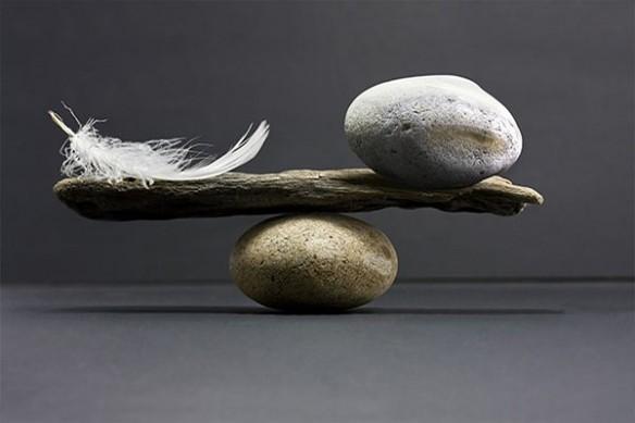 Tableau zen balancier plume caillou