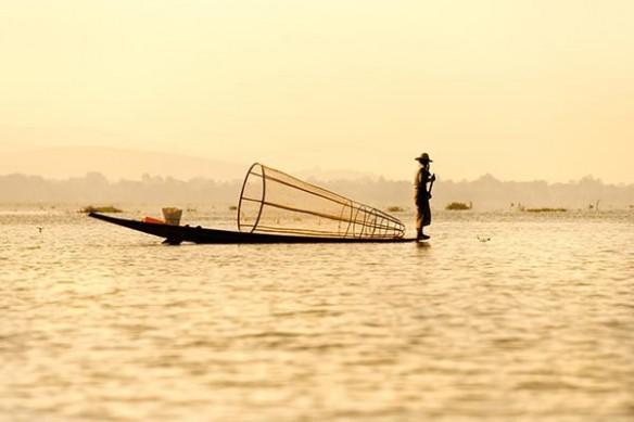 pêcheur sur barque Thaïlande