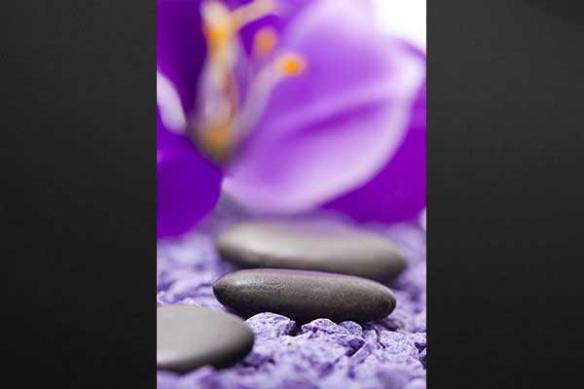 Toile déco zen Galet sur lit violet