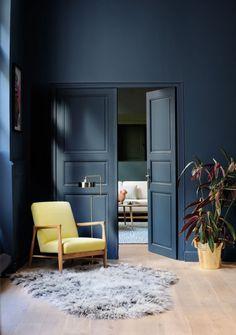 Déco mur bleu roi et meubles jaunes