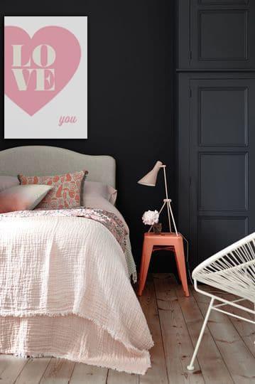 Décoration chambre mur gris foncé avec tableau déco rose