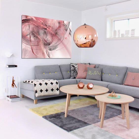 salon scandinave avec un tableau abstrait