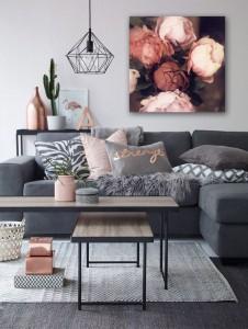 Cadre d co pour canape gris ambiance romantique for Miroir au dessus d un canape