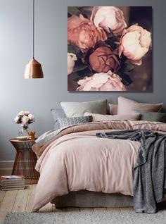 déco chambre romantique avec un tableau fleur