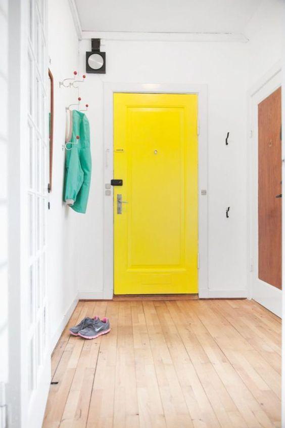 Osez la porte d'entrée jaune
