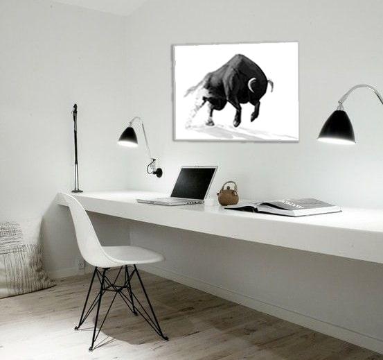 tableau contemporain taureau dans un bureau