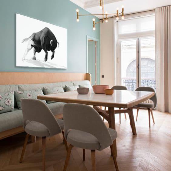 tableau minimaliste taureau dans salle à manger