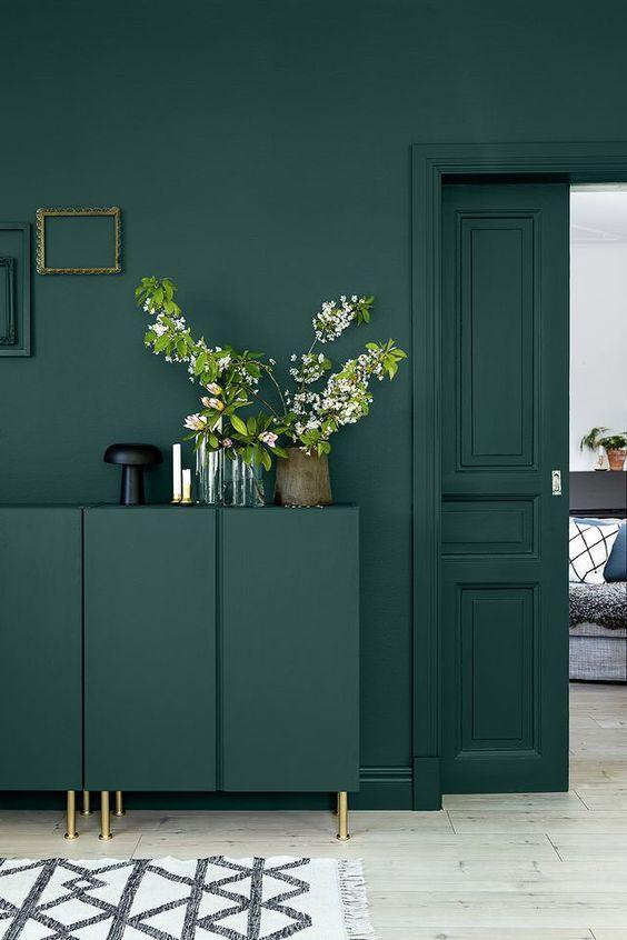 meuble et mur vert