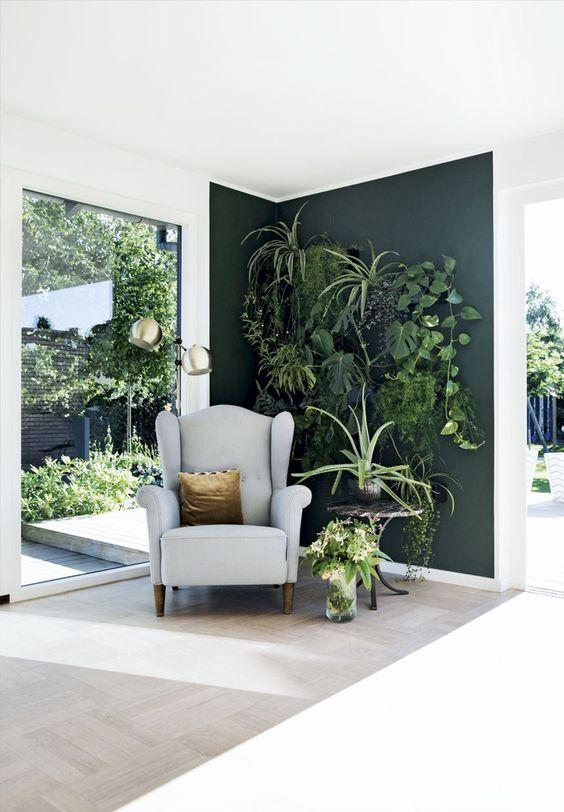 pan de mur vert dans salon