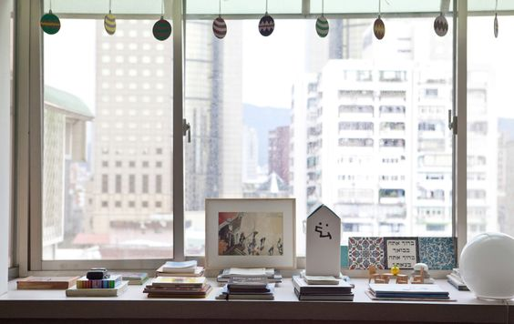 Livres sur rebord fenêtre