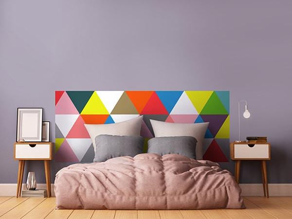 Tête de lit en papier peint géométrique