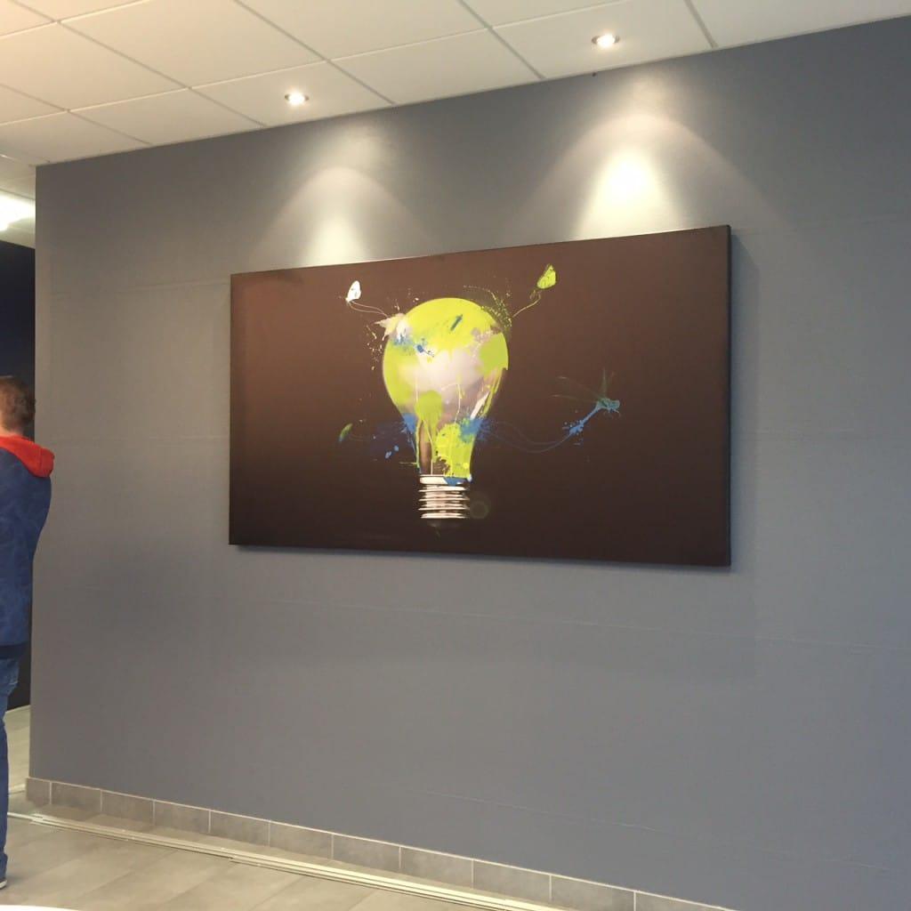 décorer bureau entreprise avec un tableau grand format design