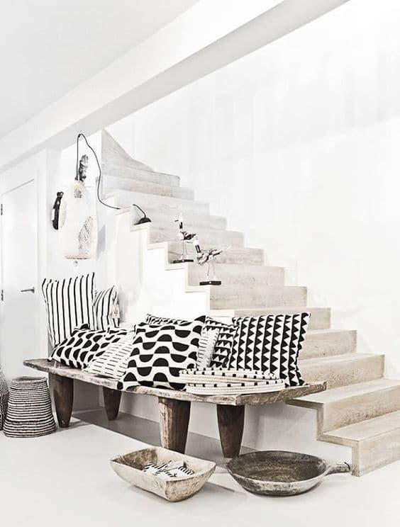 coussins imprimés motifs graphiques noirs et blancs