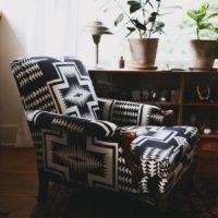 fauteuil original motif aztèque noir et blanc