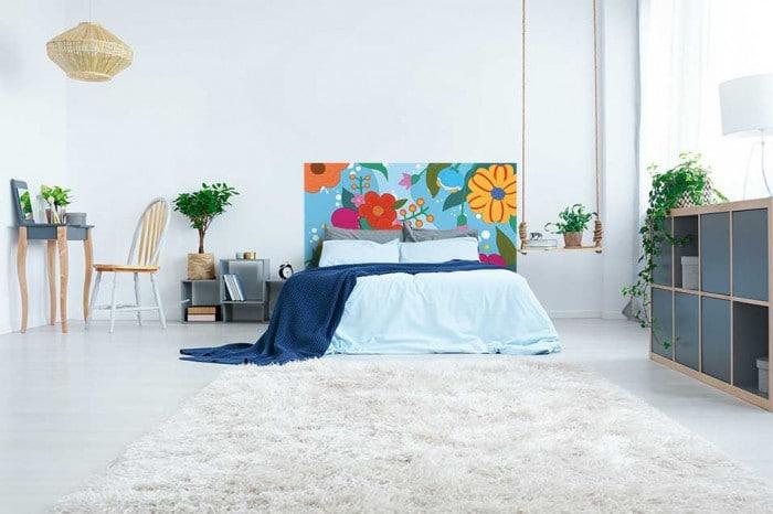 tete-lit-originale-avec-du-papier-peint-pour-une-chambre-amis