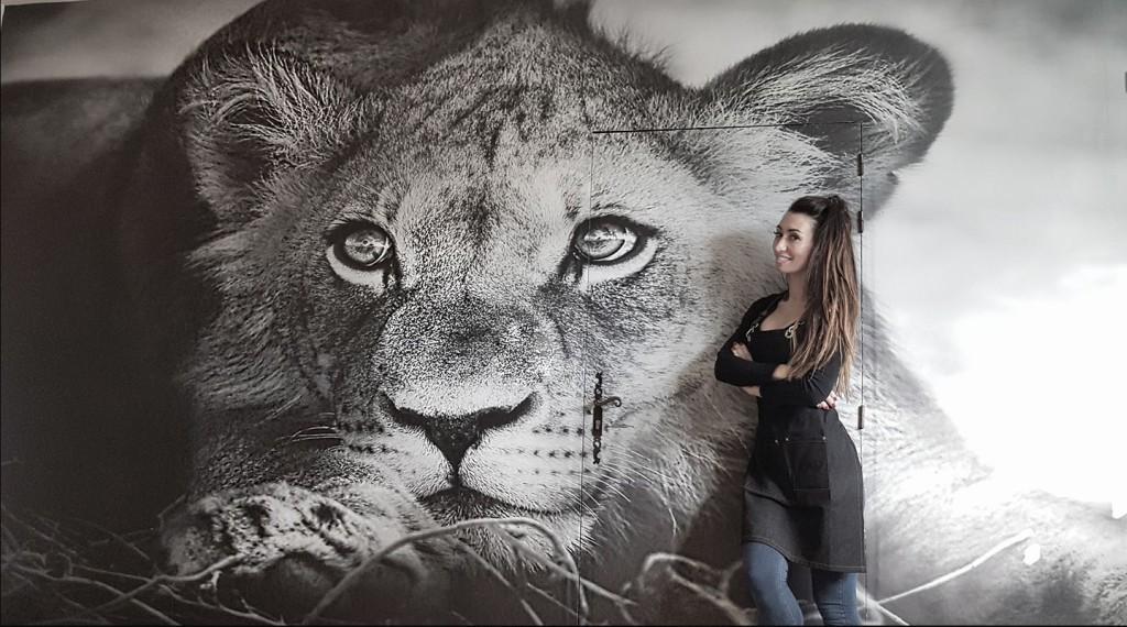 papier peint izoa lionceau posé dans une salle d'attente