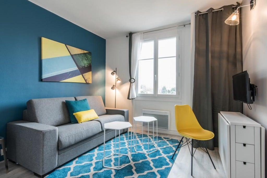 salon design graphique bleu ciel et jaune