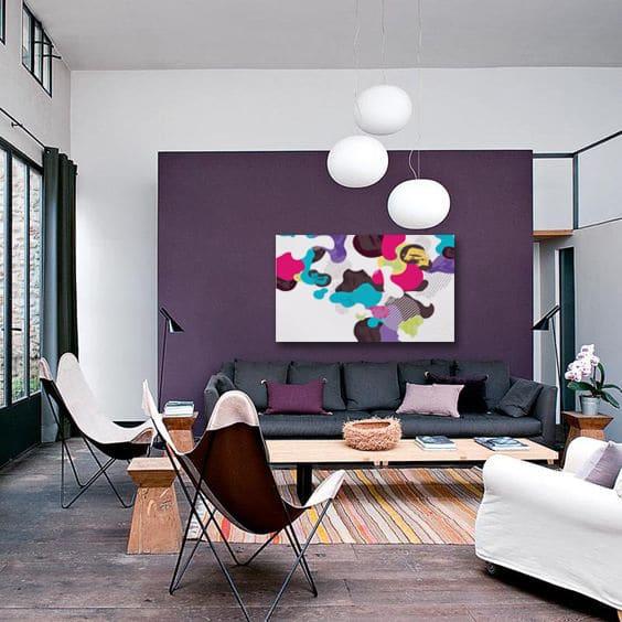 tableau design sur mur violet