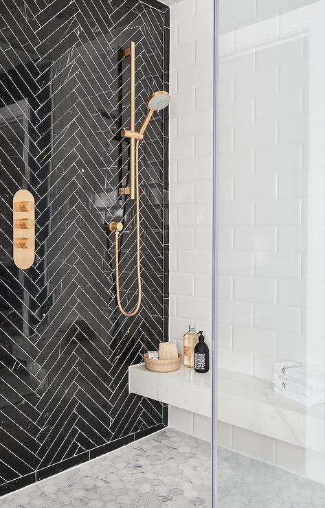 du doré dans la salle de bain