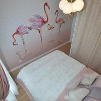 Notre papier peint Flamant rose dans une chambre aux tons roses
