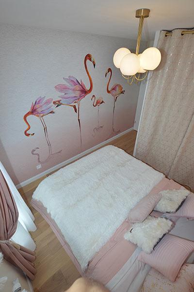 notre papier peint flamant rose dans une chambre aux tons. Black Bedroom Furniture Sets. Home Design Ideas