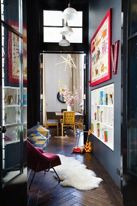 Déco couloir mur sombre avec tableaux colorés